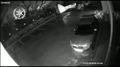 צפו: חשוד מגיע עם חבריו לבית עסק, פורץ לתוכו וגונב מכונות בשווי של מאות ₪