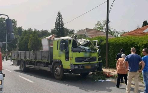 פרדס חנה: משאית פגעה בעץ שקרס על אופנוע ומשאית