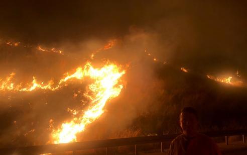 """ירושלים: מספר שריפות פרצו בפסגת זאב בעקבות בקת""""בים שהושלכו ע""""י מחבלים"""