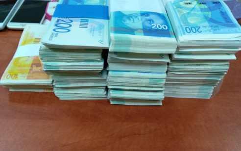 היום לפנות בוקר נעצרו במרכז הארץ ובוואדי ערה, 14 חשודים ועכבו נוספים בחשד לעבירות גידול וסחר בסמים ועבירות מס בהיקף של מליוני ₪