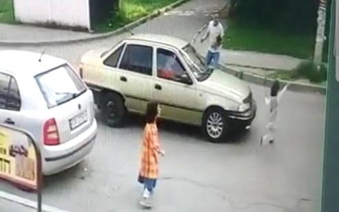 נמנע אסון באומן: ילדה קפצה לכביש ליד הציון באומן – רכב חולף פגע בה אך למרבה הנס הוא נסע במהירות נמוכה ובכך נמנעה פציעתה