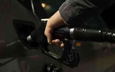 """מחירי הדלק יורדים: ליטר בנזין 95 יעמוד על 6.37 ש""""ח – ירידה של 14 אגורות"""