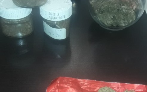 """נעצרו שני חשודים בייבוא סמים והפצתם – ברשותם אותרו כ 2 ק""""ג סמים מסוג פטריות הזיה וכ 1/2 ק""""ג קריסטל"""