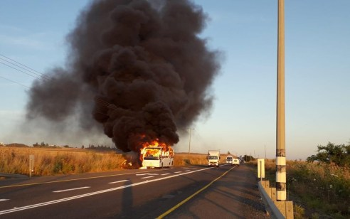 אוטובוס עלה באש בכביש המוביל לבית חולים פוריה בצפון – אין נפגעים