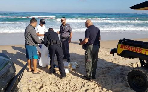 אשדוד: עירנות מצילים בחוף הים הביאה לאיתור שק חשוד – לאחר בדיקת חבלן נמצא כי מדובר בחומר חשוד כסם במשקל עשרות קילוגרמים