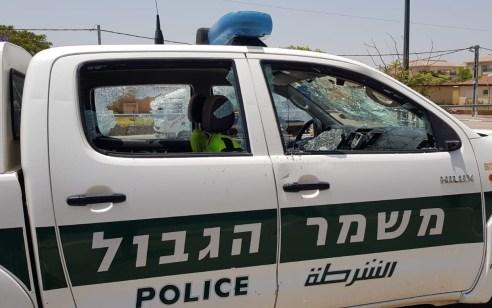 צפו: אדם הלוקה בנפשו ניפץ ניידות משטרה וגרם נזק – החשוד נעצר