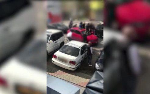 """צפו: הוגש כתב אישום נגד נהג רכב שתקף יחד עם חבריו בצורה אלימה ויוצאת דופן נהג אחר כי """"הסתכל עליו חזק"""""""