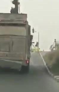 אותר נהג משאית שתועד פוגע בגשר מעבר מסילת ברזל בבאר שבע – צפו