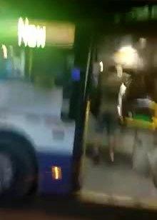 נעצר חשוד בתקיפת נהג אוטובוס בפתחתקווה – צפו בתיעוד