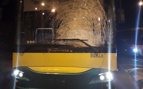 טרור האבנים: נזק לאוטובוס בפיגוע אבנים בין חיזמא לענתות