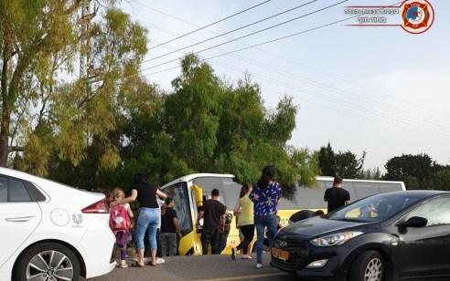 אוטובוס עם 30 ילדים סטה לשול בכביש 4: הנהג נפצע בינוני ו-11 ילדים קל