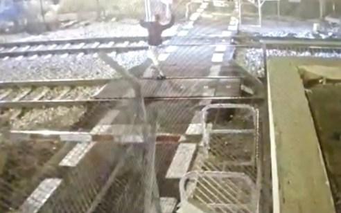 תיעוד חמור: פרץ לשטח המפגש בזמן מעבר רכבת, חיבל במחסום ורגם את הרכבת באבנים תוך סיכון של עצמו ונוסעי הרכבת