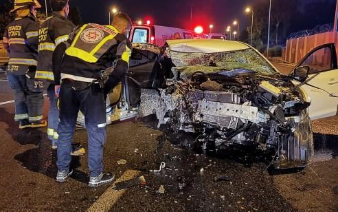 נהג רכב כבן 24 התנגש במעקה בטיחות בכביש 5 ונפצע קשה