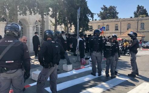 עשרות מפגינים בסמוך לבית המשפט השלום בירושלים במחאה על מעצר 3 נשים בלשכת גיוס השבוע – 6 מפגינים נעצרו