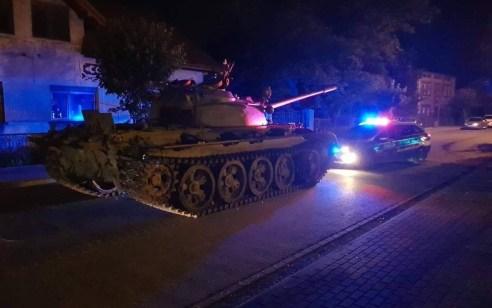 """תושב פולין התקשר למשטרה: """"מישהו החנה טנק מול הבית שלי"""" –  שוטרים עצרו נהג שיכור שלקח טנק לסיבובברחוב"""