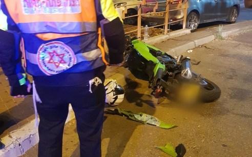 פתח תקווה: רוכב אופנוע כבן 30 נפצע בינוני לאחר שהתנגש בעמוד