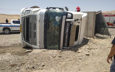 משאית בקר התהפכה בערבה: הנהג נפצע קל – העגלים ברחו