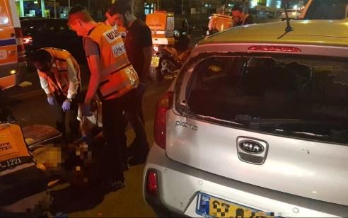 רוכב אופניים חשמליים נפצע בינוני לאחר שהתנגש ברכב חונה – במהלך הפינוי הפצוע ברח