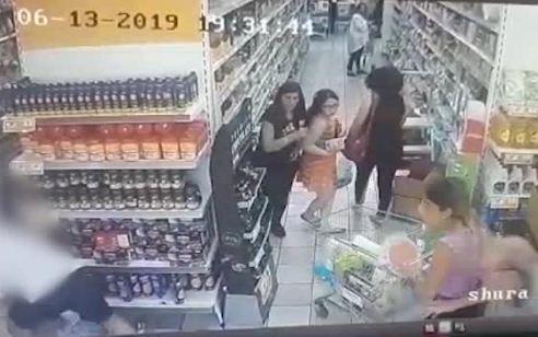 צפו: תקף באלימות קשה כי הזיז לו את עגלת הקניות ללא אישור