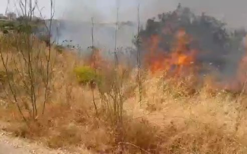 שריפה פרצה סמוך לישוב כרמי צור בעקבות השלכת 3 בקבוקי תבערה