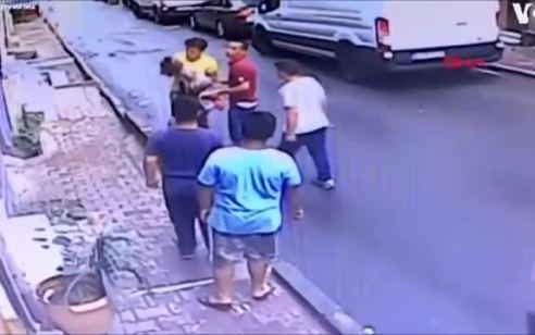 תיעוד: פעוטה נפלה מחלון בקומה השנייה בטורקיה – עובר אורח תפס אותה בידיים