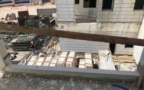 כרמיאל: פועל זר נפצע בינוני כתוצאה מקפיצה מחלון הקומה השלישית לאחר שנמלט מביקורת רשות ההגירה
