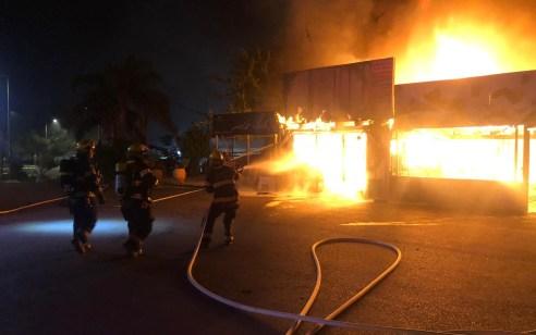 6 צוותי כיבוי פעלו לכיבוי שריפת 2 חנויות בראש פינה – בסריקות במקום נמצאו תפילין שנפגעו אך בדרך נס הקלפים שבתוכם נשארו שלמים