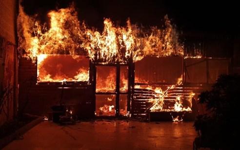 חמישה ציוותי כיבוי פעלו הלילה בשריפת מסעדה שסמוכה למבנה מגורים בעין נקובא – אין נפגעים