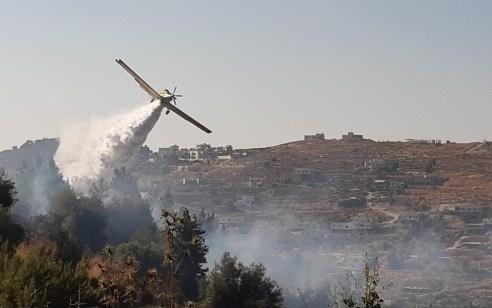 חמישה צוותי כיבוי ומטוסים פועלים כעת בשריפת חורש ועשבוני בסמוך לקיבוץ מעלה החמישה