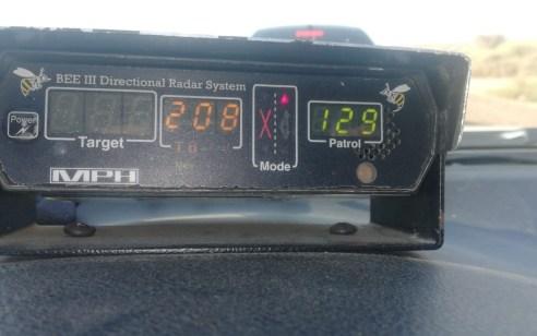 """""""הצלנו את החיים שלכם"""" כך אמר השוטר לנהג ולנוסע שנתפסו במהירות 208 קמ""""ש בכביש 90"""
