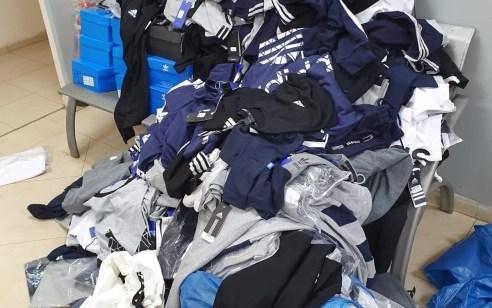 אלפי פרטי לבוש והנעלה ממותגים מוכרים החשודים כמזויפים בשווי של כחצי מיליון ₪ נתפסו בבית עסק במזרח י-ם – בעל העסק נעצר