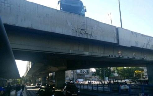צפו: אוטובוס פגע בגשר בתחנה המרכזית בתל אביב – חשש לקריסת חלק מהמעקה