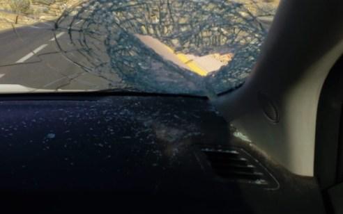 טרור האבנים: פצוע קל מזריקת אבנים לעבר רכב סמוך לקרית ארבע – נזק נגרם לשימשה