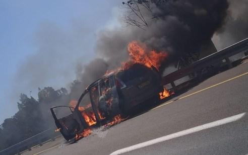 עומסי תנועה כבדים סמוך למחלף שורש בעקבות רכב שעלה באש וגרם לשריפת חורש – תיעוד