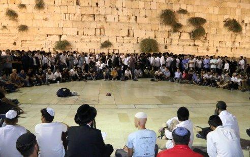 שידור חי: רבבות יושבים על הרצפה ומקוננים על חורבן בית ה' במקום המסמל ביותר את החורבן