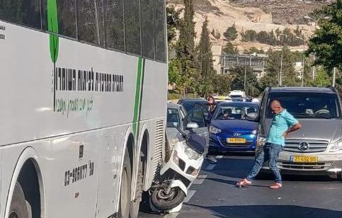 תיעוד ממצלמת רכב: רוכב אופנוע נפצע בינוני ונהג רכב קל בתאונה עם מעורבות אוטובוס בירושלים
