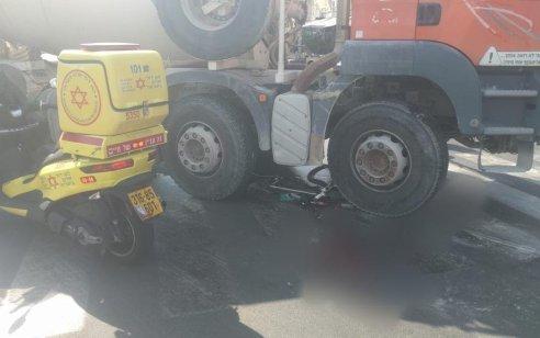 רוכב אופניים נפצע קשה מפגיעת משאית בטון בתל אביב