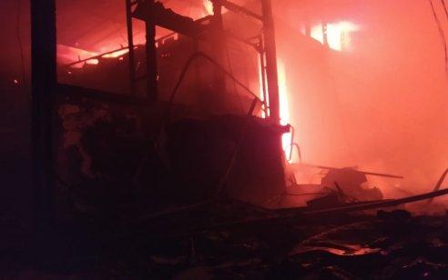 שדות נגב: לוחמי האש פעלו בשריפת מבנה גדול שעלה באש וחלקים של הגג התמוטטו – אין נפגעים