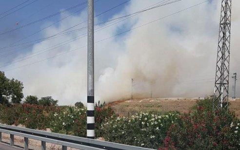 שיבושי תנועה בכביש 40 ממחלף רמלוד לצפון בעקבות שריפת חורש – תנועת הרכבות הופסקה למשך כשעה