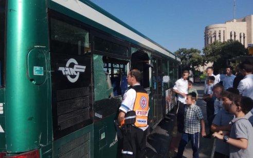 שישה נפגעים קל, בהם שלושה ילדים, בתאונה בין אוטובוס למשאית בירושלים