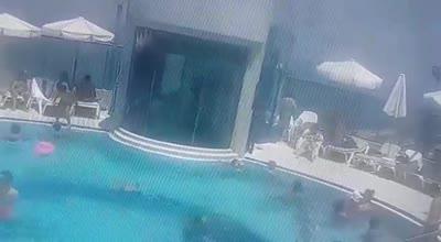 """47 שניות מתחת למים: תיעוד טביעה של פעוטה בבריכת מלון בת""""א"""