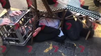 """סידני אוסטרליה: מספר בני אדם נדקרו, התוקף צעק """"אללה אכבר"""""""