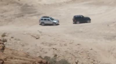 לעיני הבעלים בצהרי היום: ערבים גונבים מכונית   סמוך לבריכת הצפירה – צפו בתיעוד