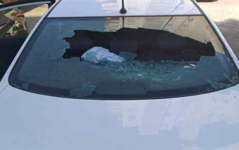 """אחרי הליכוד: שמשת רכב של 'כחול לבן' נופצה במהלך פעילות בפ""""ת – יאיר לפיד: """"קורא לראשי המפלגות לעצור את ההסתה"""""""
