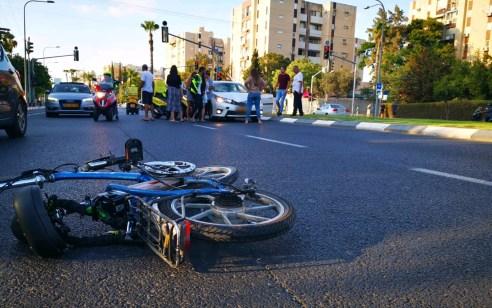 רוכבת אופניים חשמליים בת 17 נפגעה מרכב בתל אביב – מצבה בינוני