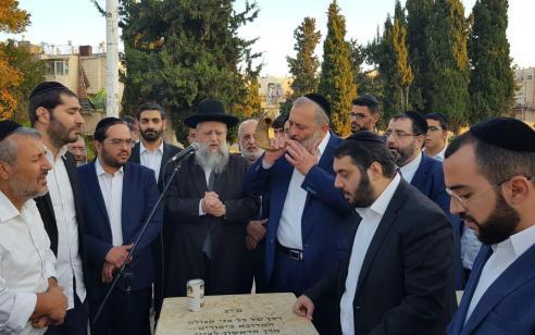 """דרעי על קברו של הרב עובדיה יוסף: """"אנחנו נשמור על מדינה יהודית בדרכו של מרן"""""""