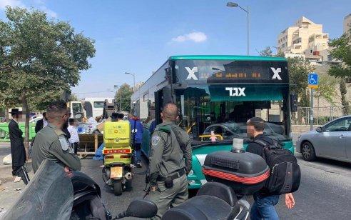 נהג משאית בן 35 נפגע מאוטובוס בירושלים – מצבו בינוני