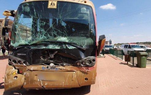 אוטובוס התנגש בקיר בבאר טוביה: 26 נערים בני 13 והנהג נפצעו קל