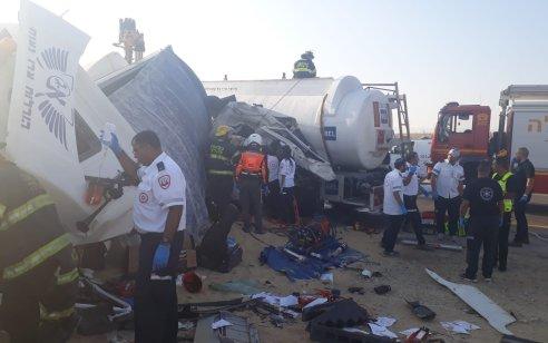 תיעוד: הרוג ופצוע קשה בתאונה חזיתית בין 2 משאיות בכביש 25 סמוך לדימונה