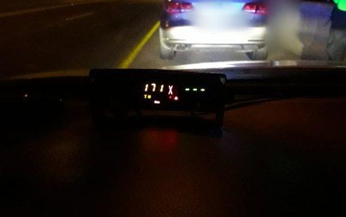 """נהג רכב שלא הוציא רישיון נהיגה מעולם נתפס """"טס"""" במהירות 171 קמ""""ש בכביש 1 לכיוון ים המלח"""